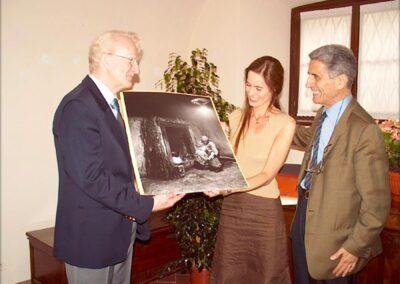 Antonio Facchinetti dona una sua fotografia al Museo della Valle - Racconto della vita nelle vallate alpine - Museo della Valle - Zogno - foto di P. Gritti - www.museodellavalle.com - www.pieroweb.com