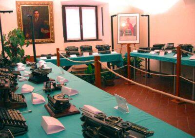 La sala della mostra con le macchine esposte - Nascita ed evoluzione della macchina per scrivere - Museo della Valle - Zogno