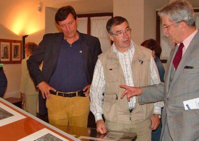 Franco Prida illustra le sue foto al dottore Bernardino Luiselli a destra e al dottore Silvano Gherardi a sinistra - Foto Piero Gritti www.pieroweb.com