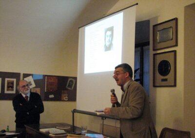 Il dottore Flavio Burgarella presente le sue opere - foto Pietro Gritti - www.museo della Valle - www.pieroweb.com