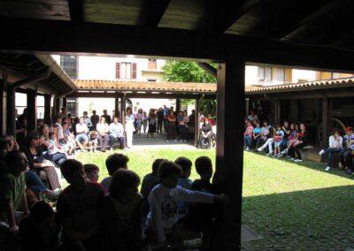 Molti alunni e genitori presenti - foto Pietro Gritti - www.museo della Valle - www.pieroweb.com