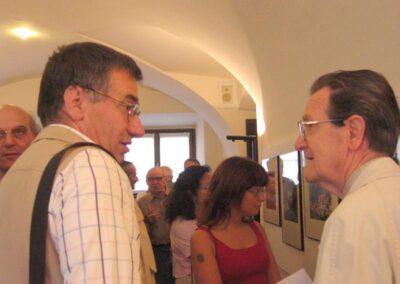 Franco Prida illustra le sue foto al sig Egidio