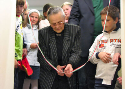 L'insegnante Franca Sonzogni taglia il nastro d'apertura della mostra - foto Pietro Gritti - www.museo della Valle - www.pieroweb.com
