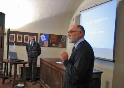 Il professore Sonzogni presenta l'argomento della conferenza del dottore Giuseppe Presenti - foto Pietro Gritti - www.museo della Valle - www.pieroweb.com