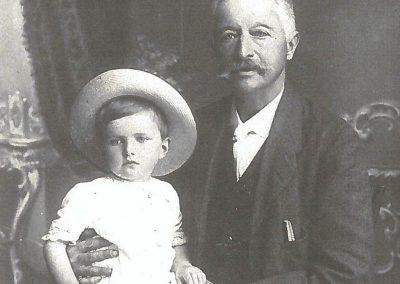 Il piccolo Gianandrea sulle ginocchia del nonno Antonio Monzini (Archivio Gavazzeni)